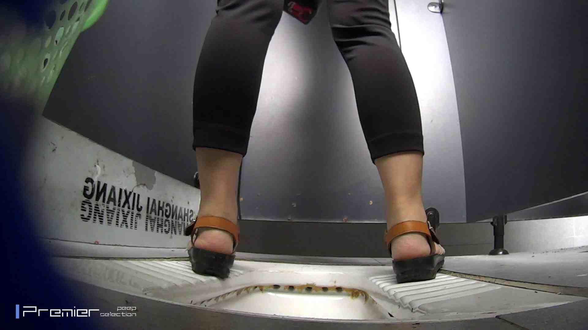 夏全開!ハーフパンツのギャル達 大学休憩時間の洗面所事情44 お姉さん 盗み撮り動画 60連発 23